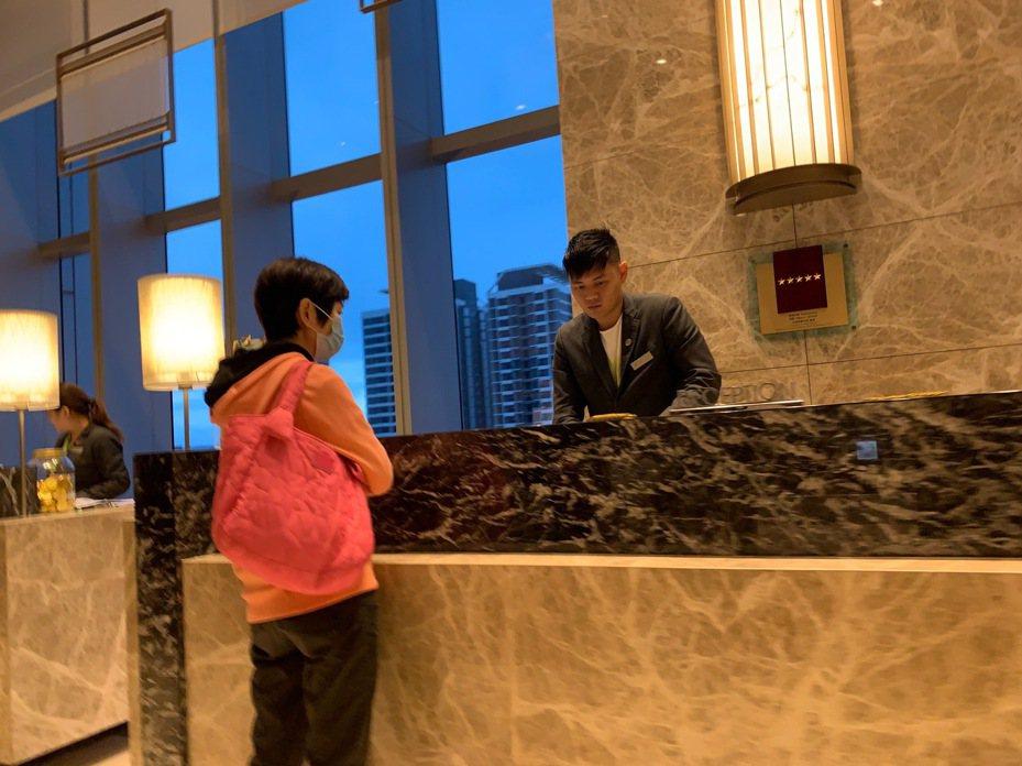 民眾余先生投訴,過年入住南港六福萬怡酒店,客人都懂得戴上口罩保護自己,但發現飯店員工沒有一個人戴上口罩。圖/讀者提供