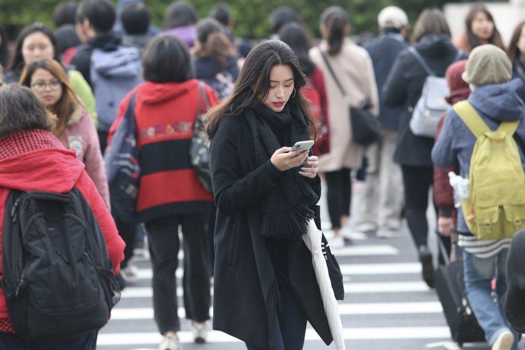氣象局表示,大年初二受鋒面影響,台北天氣陰時多雲有陣雨,平地白天氣溫約18到20...