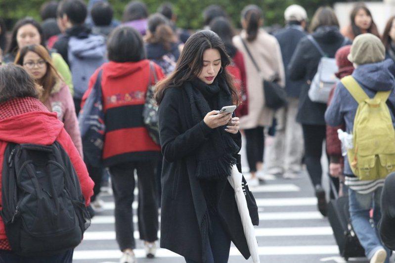 氣象局表示,大年初二受鋒面影響,台北天氣陰時多雲有陣雨,平地白天氣溫約18到20度,越晚氣溫越低,入夜會降到15度。本報資料照片