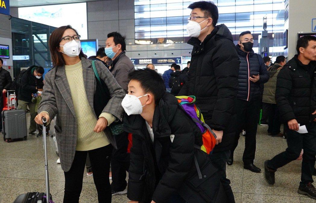北京25日宣布多項防疫升級措施。圖為上海虹橋車站21日景象。(取自《第一財經》)