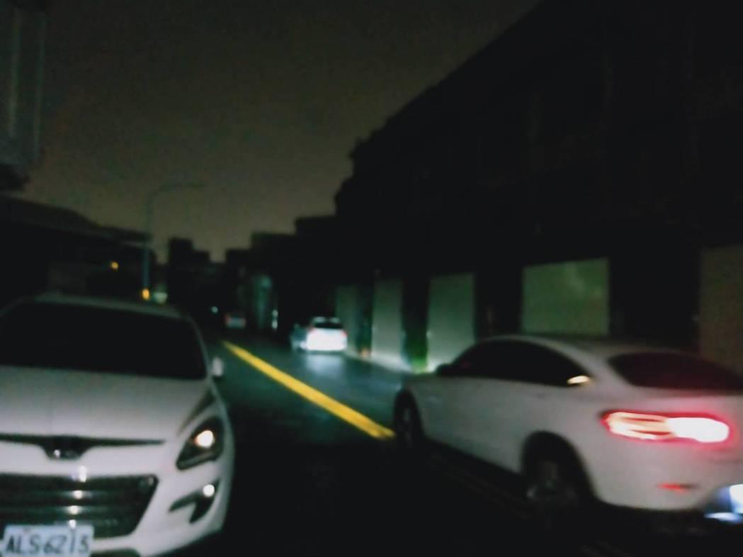 彰化市崙美路、南興國小和鄰近花壇鄉一帶今晚近 8點50分停電,社區一片漆黑,目前...