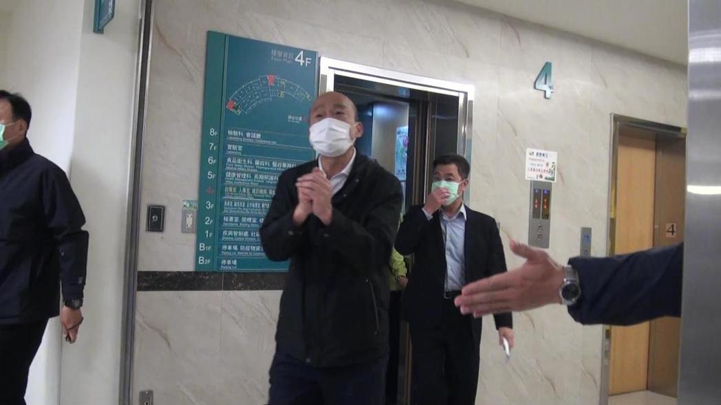 高雄市長韓國瑜(前)今晚巷緊急召集相關局處人員開防疫會議。記者楊濡嘉/攝影