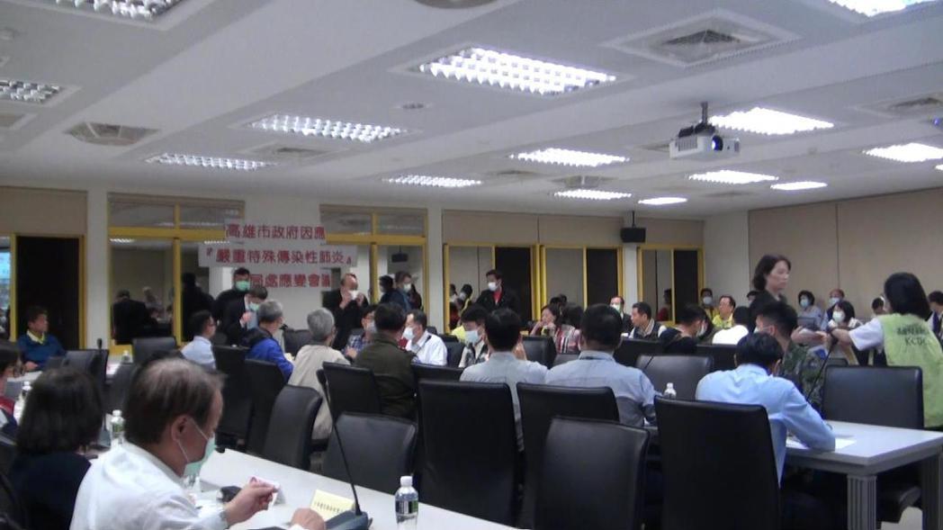高雄市長韓國瑜今晚緊急召集相關局處人員開防疫會議。記者楊濡嘉/攝影