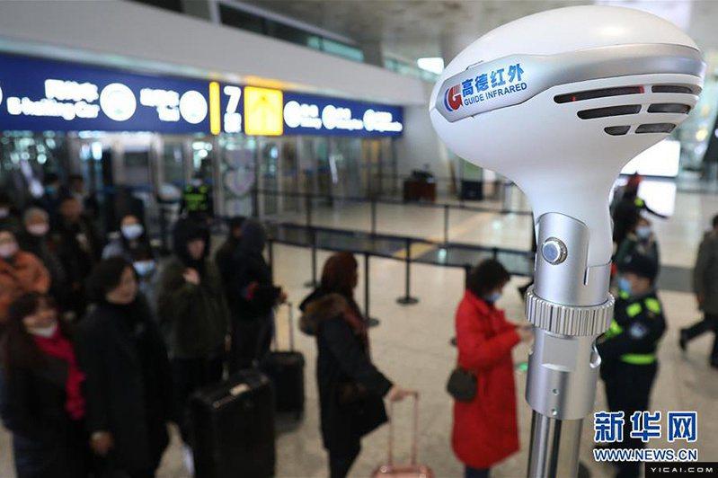 圖為封城前,武漢天河機場21日景象,仍有不少旅客出入武漢。(新華網)