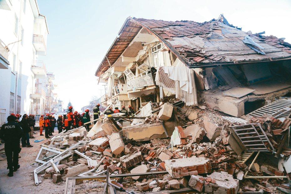 土耳其東部廿四日晚間發生規模六點八強震,救難人員在搖搖欲墜的房屋內尋找受困者。 (法新社)