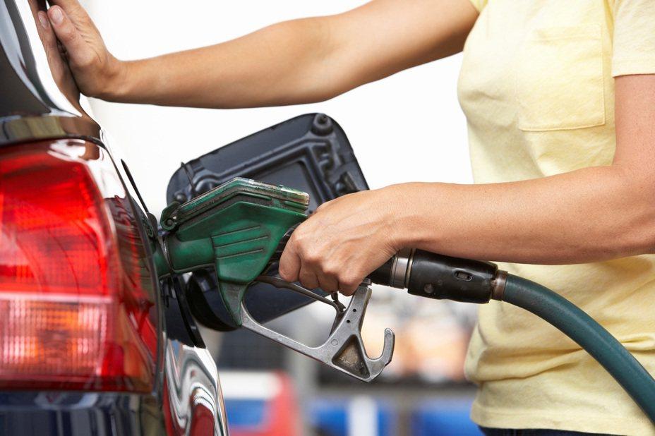 中油公司自27日凌晨零時起汽、柴油價格每公升各調降0.3元。 圖/Ingimage