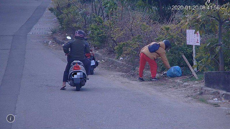 這名女子在設有禁倒垃圾告示牌下,隨手丟棄垃圾,在被正義阿伯發現、斥責後,才回頭將垃圾拎起來。 圖/彰化市公所清潔隊提供