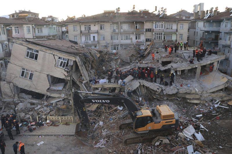 土耳其24日晚間發生規模6.8地震,造成31人死亡、1547人受傷。美聯社