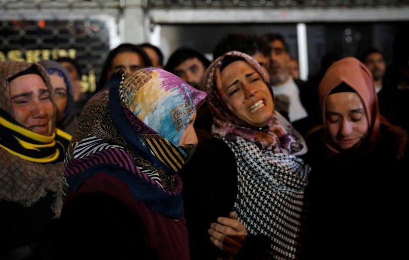 土耳其強震,當地民眾傷心欲絕。 路透社