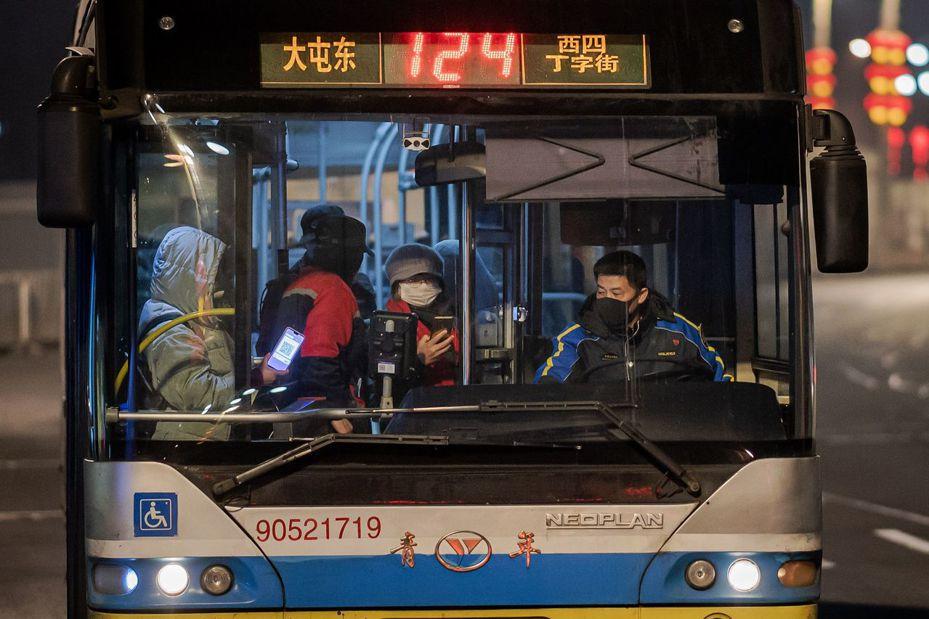 繼北京市宣布全市聯外的省際客運班車自25日起全數停駛,河北省26日傍晚宣布,全省聯外的省際客運,以及省內跨市的市際客運班車,26日起全部停駛。 法新社
