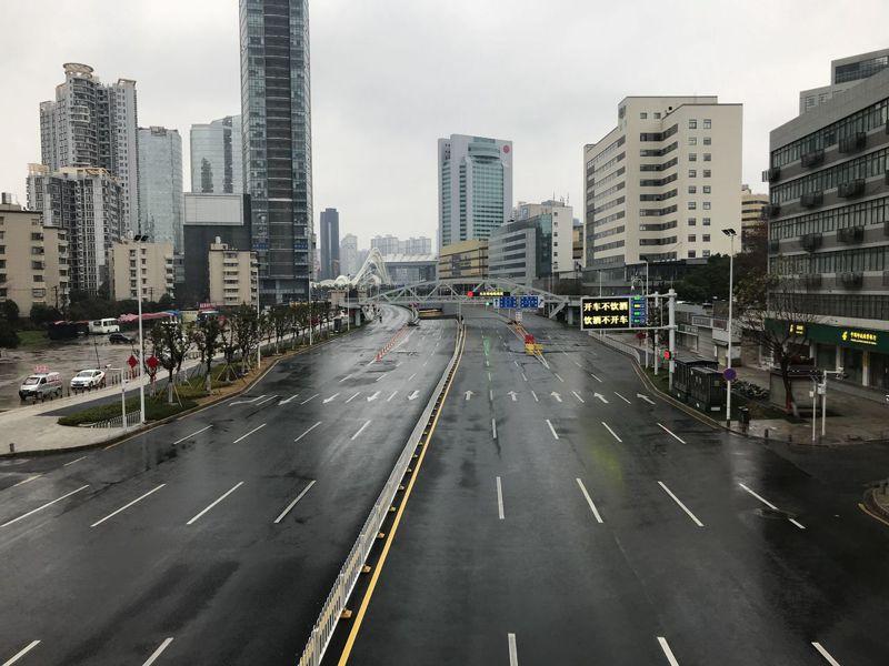 肺炎疫情升溫,率先封城的武漢流出的影像顯示,擁有1100萬人口的武漢本週末街道大致淨空。 中新社