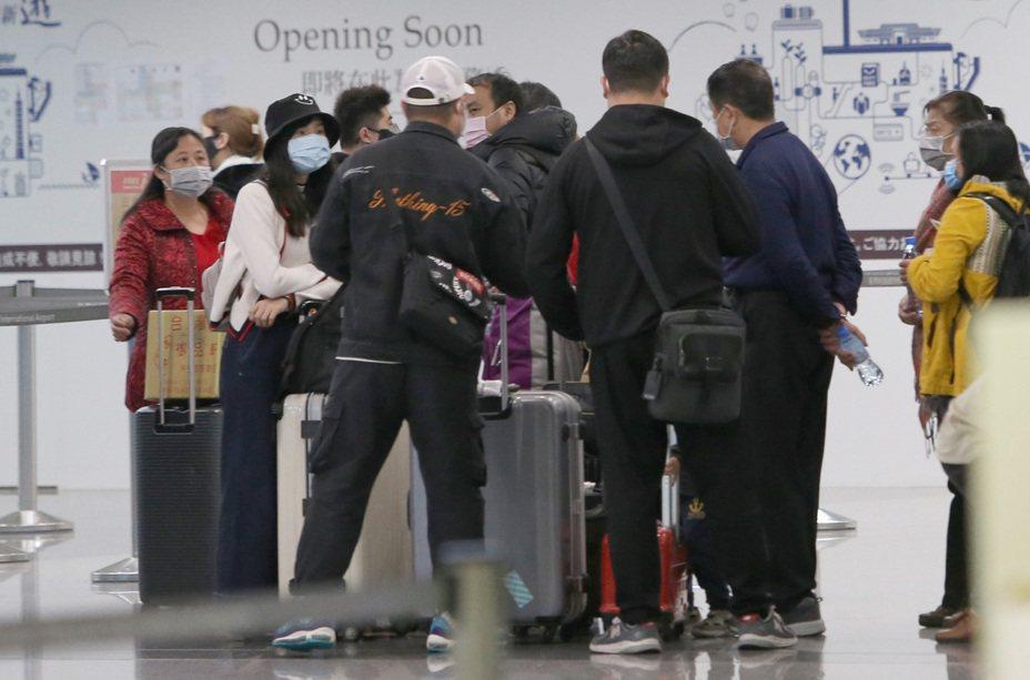 因應武漢肺炎疫情,至少超過3團來自湖北省、近百名旅遊團員26日上午起到晚間,自桃園國際機場搭機離台。部分旅客心繫家鄉,擔心萬一居住的城市也被「封城」,屆時連家都回不去。中央社