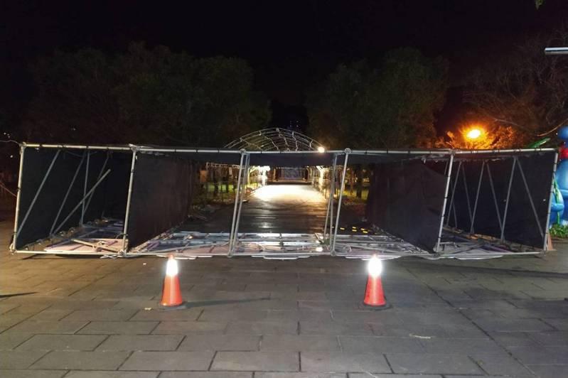 宜蘭員山燈節一處鷹架26日晚間疑遭強風吹倒,現場3名遊客遭壓傷送醫,相關單位將展開調查,釐清原因。(讀者提供)中央社