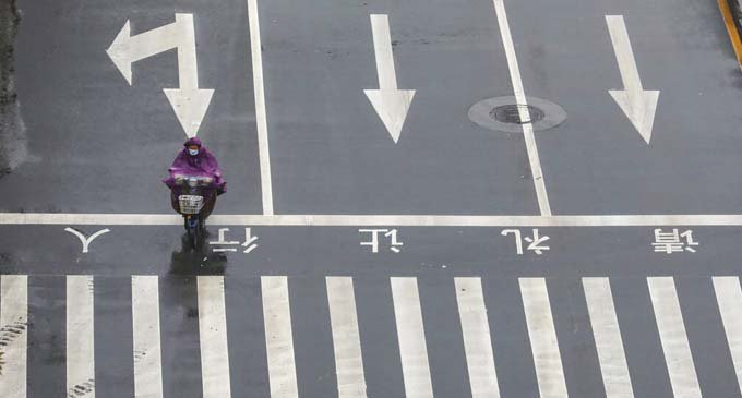網友記錄武漢封城後的生活,路上的車相當少。 美聯社