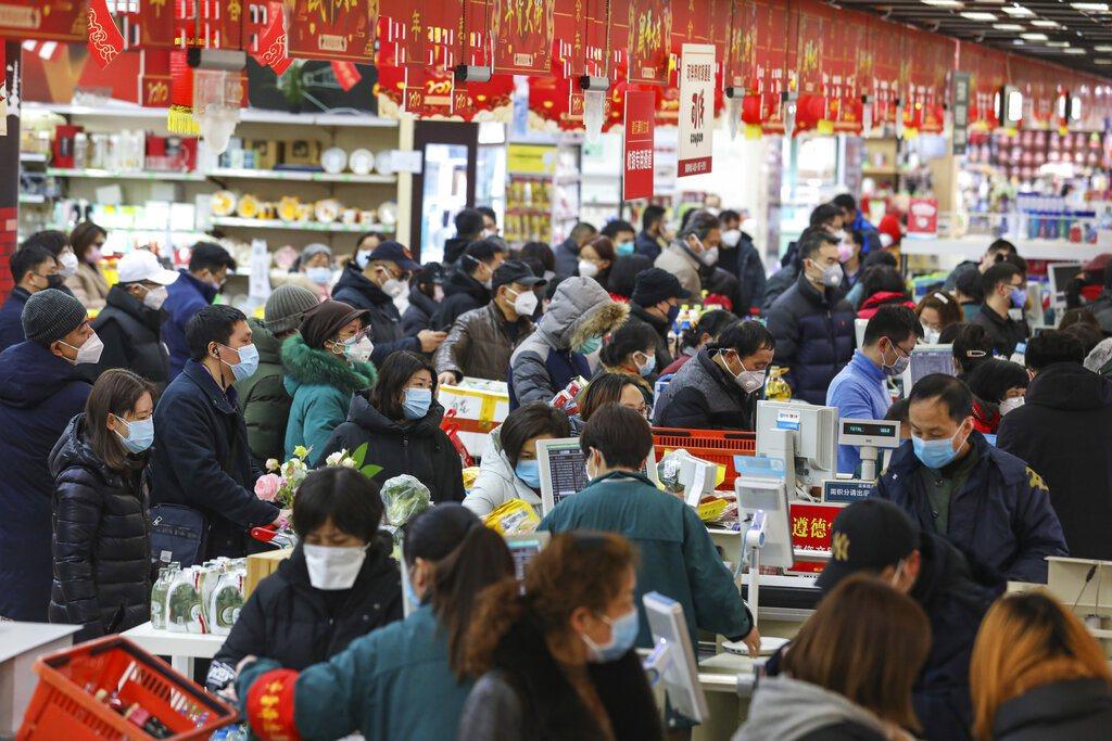 網友記錄武漢封城後的生活,表示最多人的地方是超市。 美聯社
