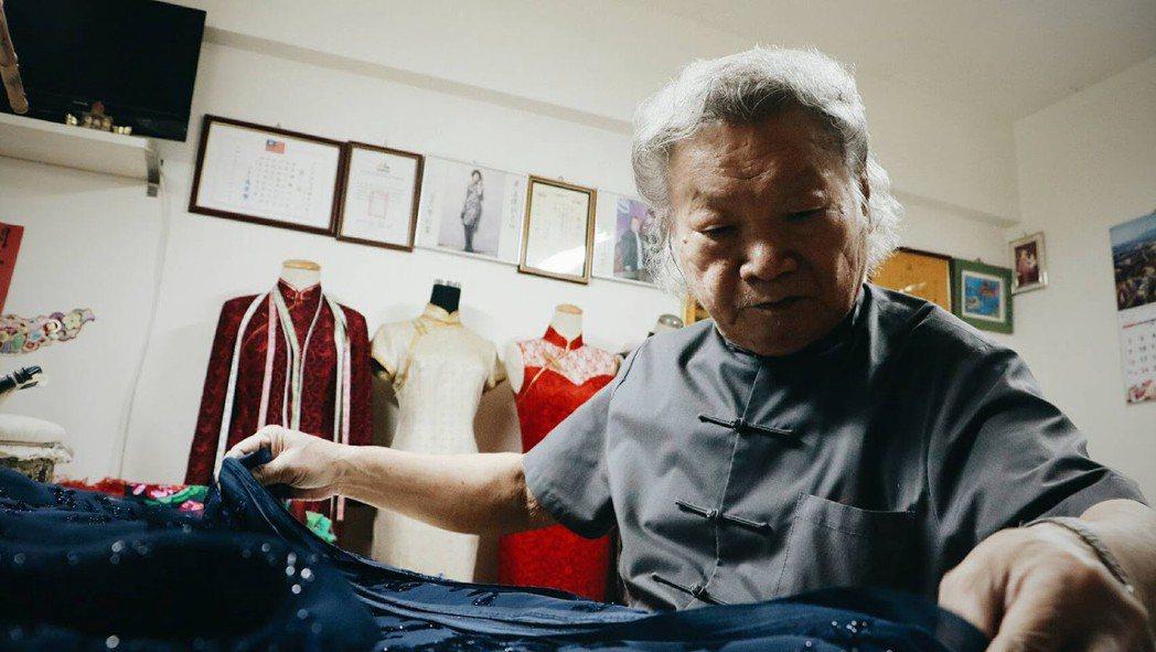 選擇與整理布匹,是縫製旗袍的前置作業。在過去都是由顧客親自於其他布店選擇布料,但...
