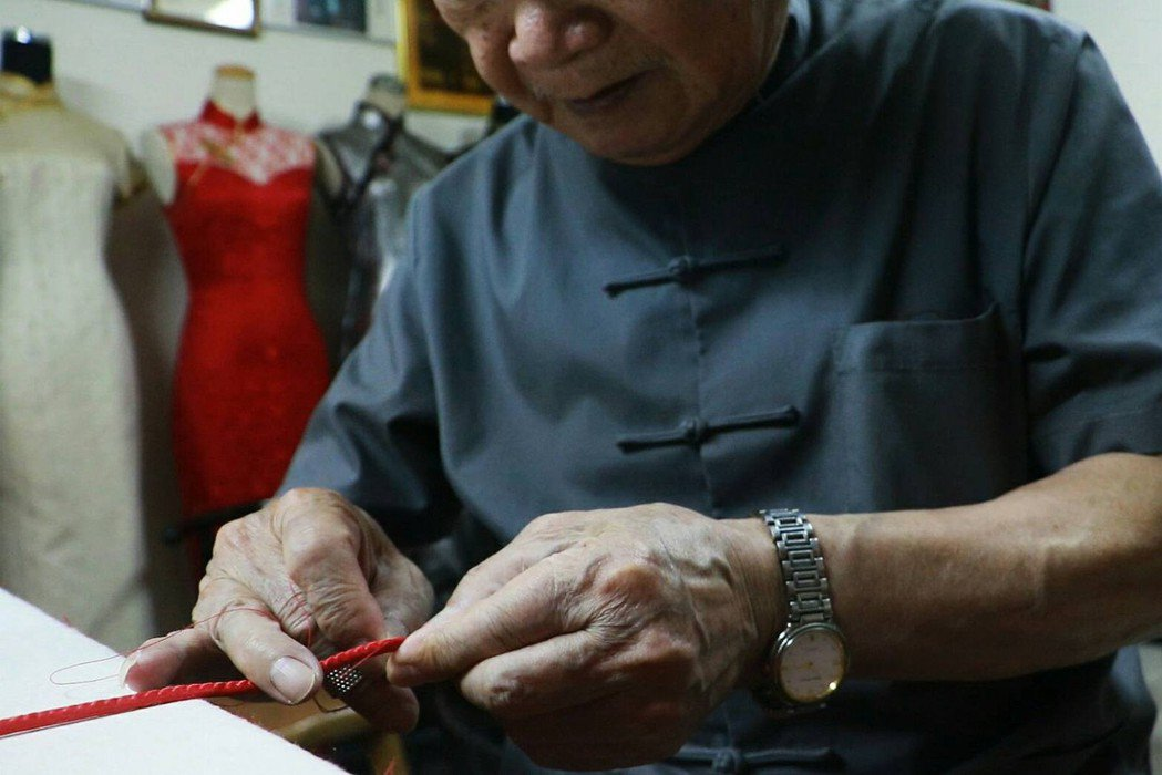 正在縫製袖扣的許榮一師傅,細心是最重要的訣竅。 圖/許芷瑄攝影