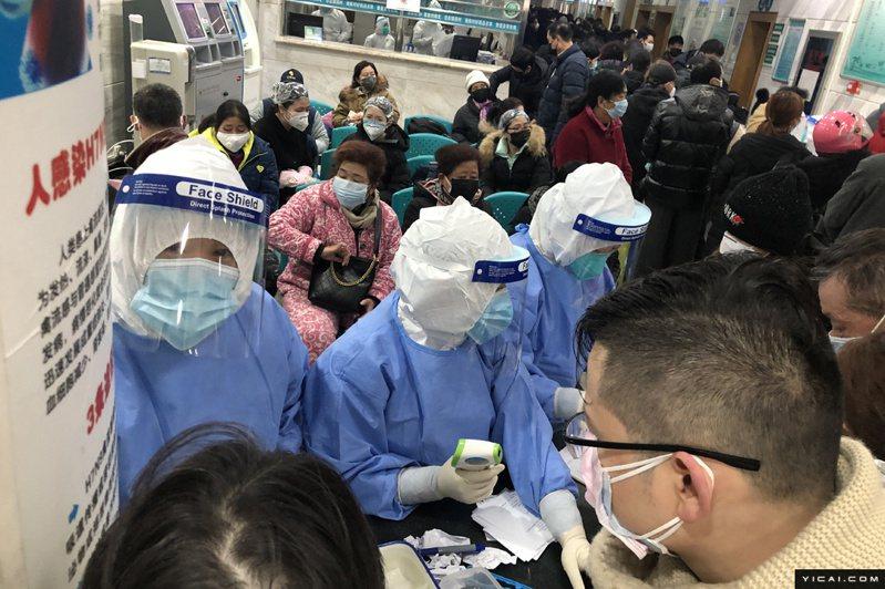 圖為湖北協和武漢紅十字會醫院23日發燒門診景況。(取自上海《第一財經》)