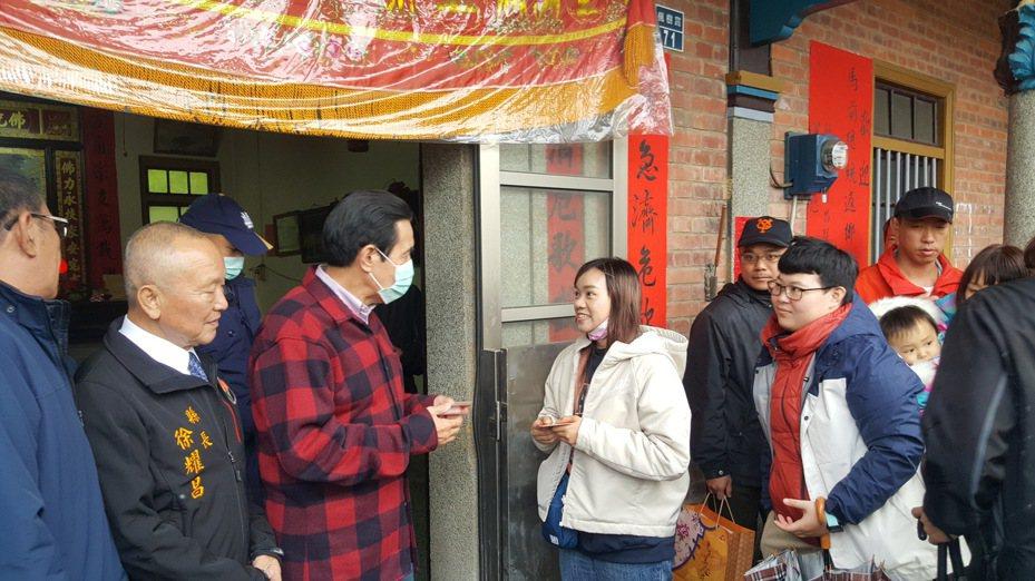 熱情民眾冒雨前來領取馬英九贈送的福卡、合影留念。記者胡蓬生/攝影