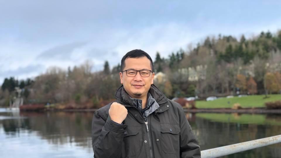國民黨台北市議員羅智強今上午在臉書發文表示,他的粉絲已經突破107萬,決定兌現承...