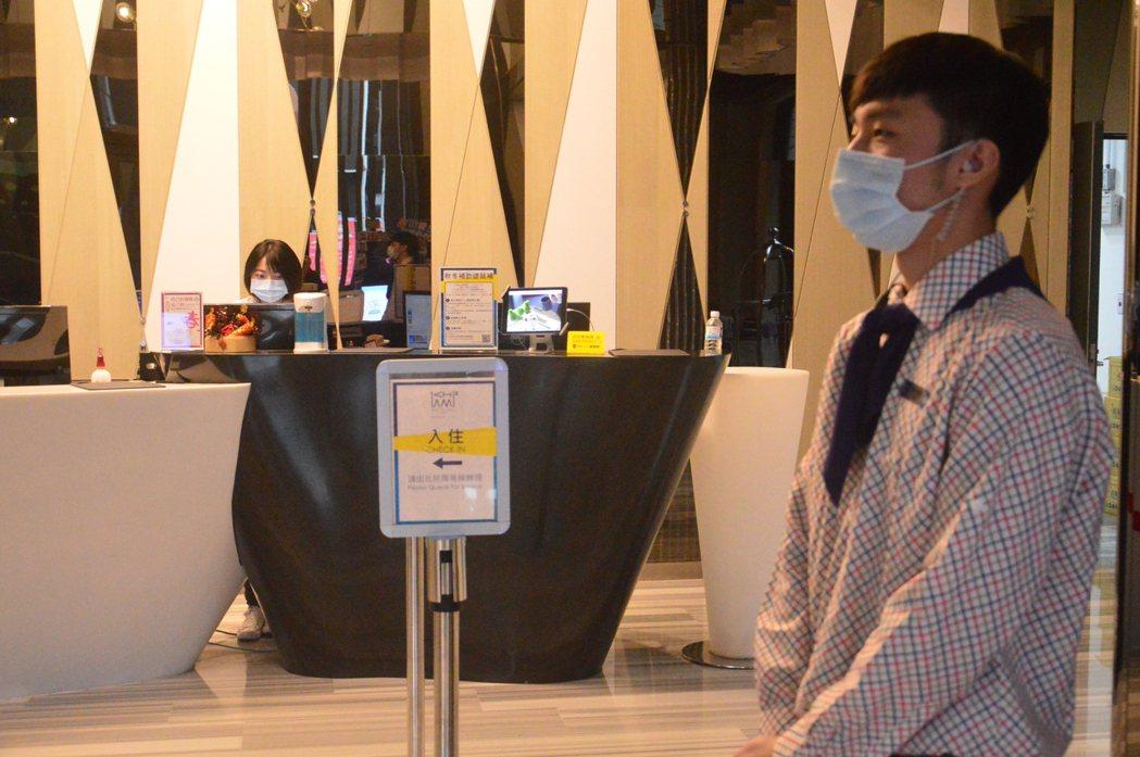 新北市多數飯店、旅館員工已戴起口罩上班。 記者施鴻基/攝影