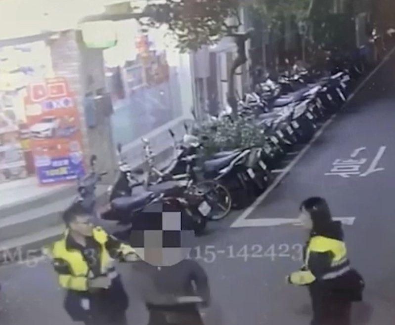 泥醉大鬧街頭,還言語輕浮指責女警,讓女警十分無奈。記者巫鴻瑋/翻攝