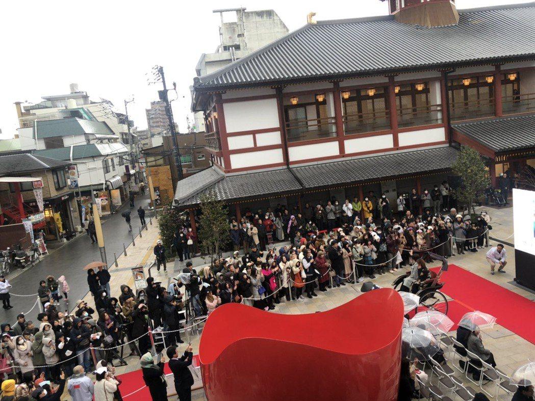 唐美雲出席「愛媛國際電影節」,搭人力車步上紅毯,現場粉絲圍觀。圖/民視提供