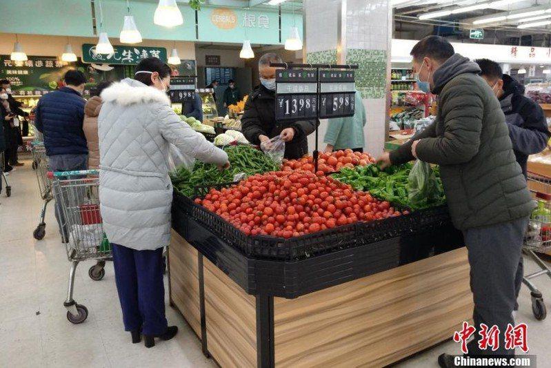 農曆大年初二,武漢市民到超市採購時都戴上口罩。(中新網)