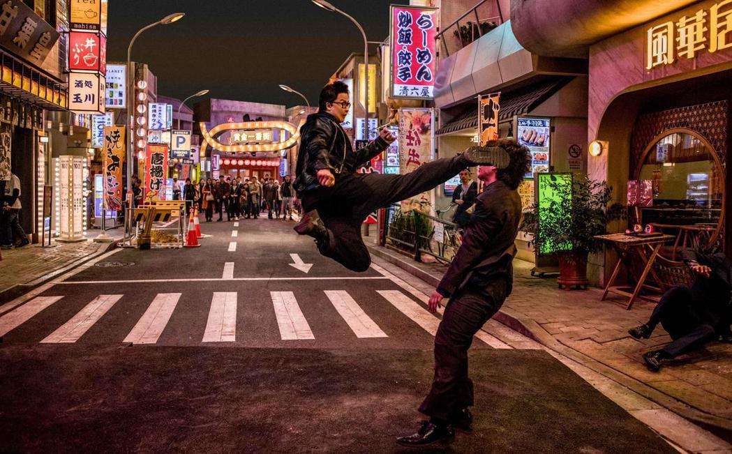 「肥龍過江」以400萬暫居賀歲檔華語片冠軍。圖/華映提供