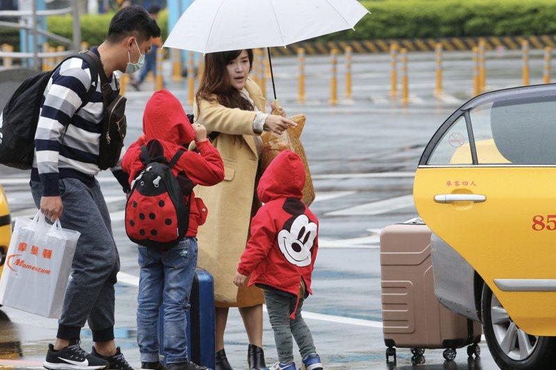 農曆大年初二習俗上是回娘家的日子,在基隆火車站,不少民眾帶著行李進出搭車。記者許正宏/攝影