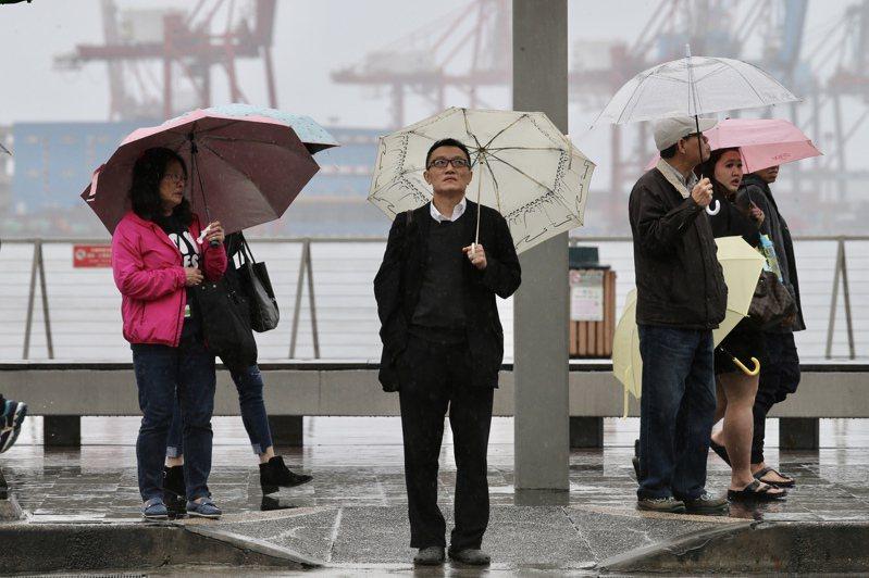 春節好天氣結束,年初二起天氣轉為濕冷氣候,在基隆天候陰雨綿綿,來往行人手中必備一支雨傘,抵禦這又濕又冷的天候。記者許正宏/攝影