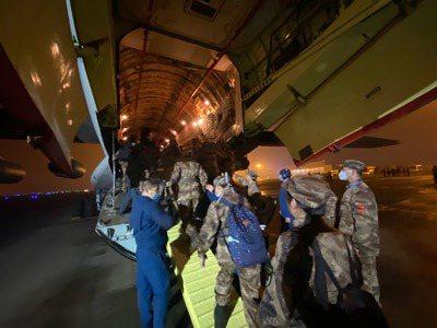 解放軍陸軍軍醫大學醫療隊在重慶江北國際機場登機前往武漢。新華社