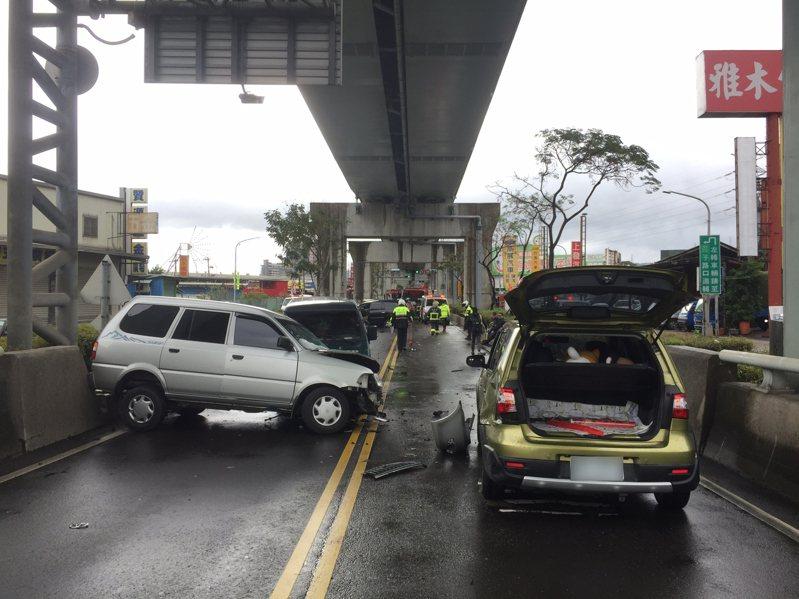 當時黑色休旅車為了超車綠色轎旅,卻失控連撞多輛車,造成新北大道一度交通大亂。記者巫鴻瑋/翻攝