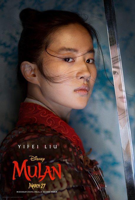 劉亦菲在「花木蘭」最新個人海報以男裝扮相登場。圖/摘自twitter