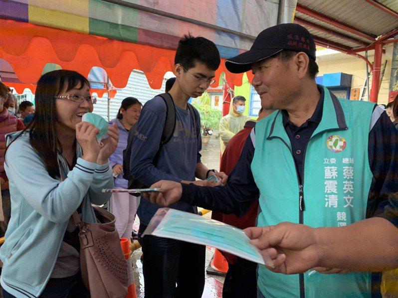 立委蘇震清今天在總統蔡英文發紅包的現場,也發放口罩,果然吸引很多民眾索取。記者翁禎霞/攝影