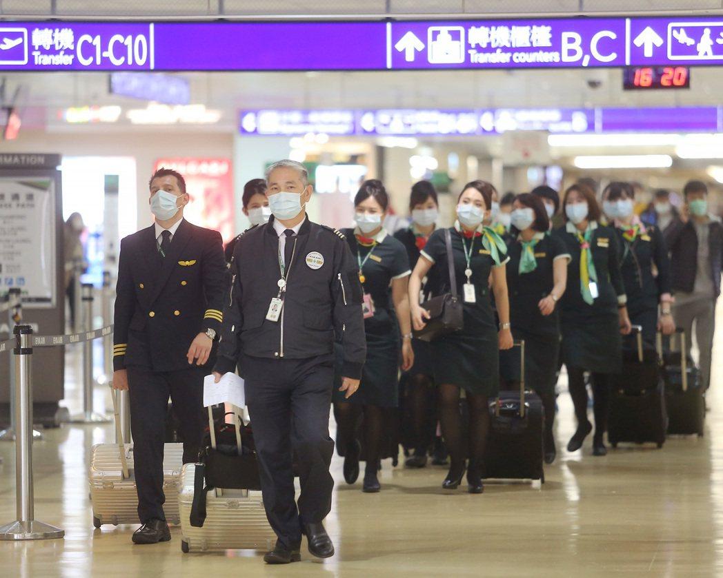 大陸武漢新型冠狀病毒肺炎疫情嚴峻,進出桃園機場值勤的機組員,只要往返大陸港澳等地...