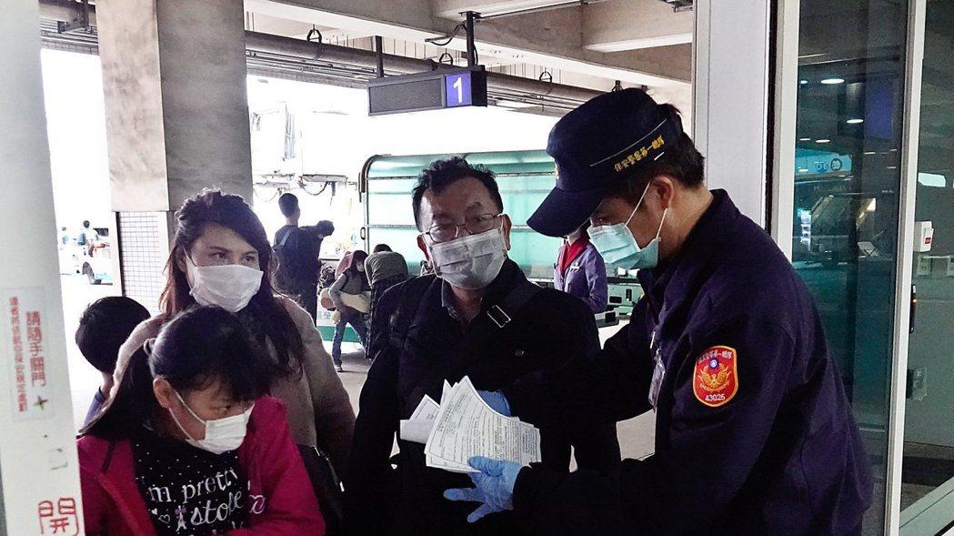 民眾入境時如有發燒、咳嗽等不適症狀,應主動通報機場及港口檢疫人員。 圖/本報資料...