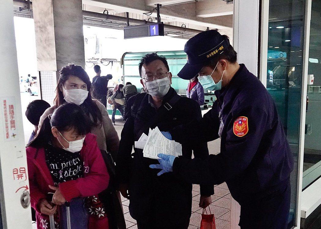 民眾入境時如有發燒、咳嗽等不適症狀,應主動通報機場及港口檢疫人員。圖/本報資料照