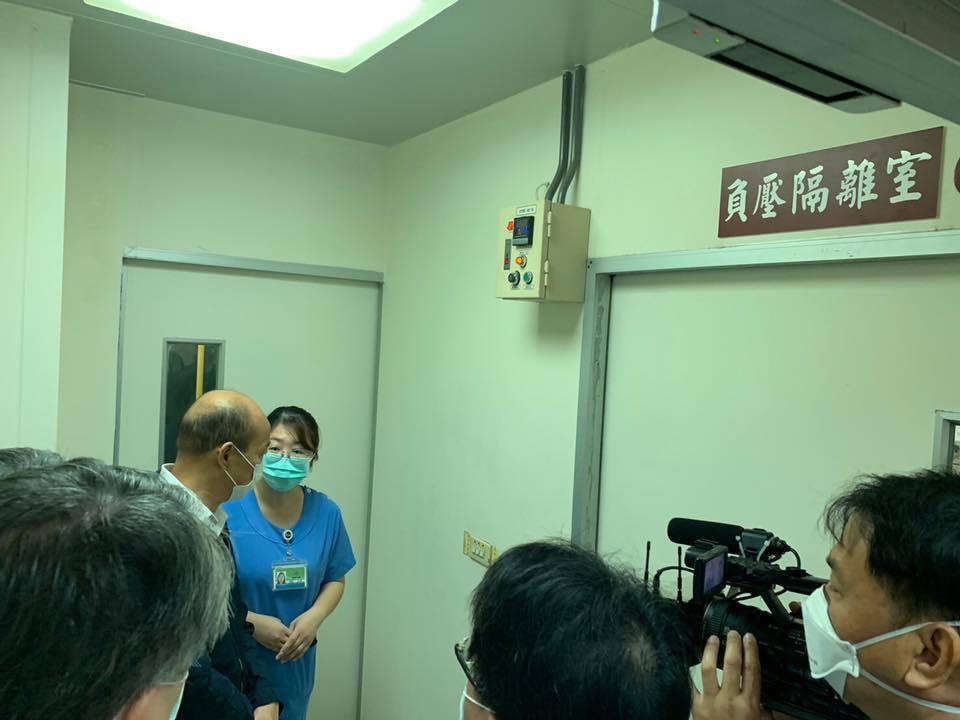 高雄市長韓國瑜(左一)視察民生醫院,參觀10樓負壓隔離病房。圖/取自韓國瑜臉書