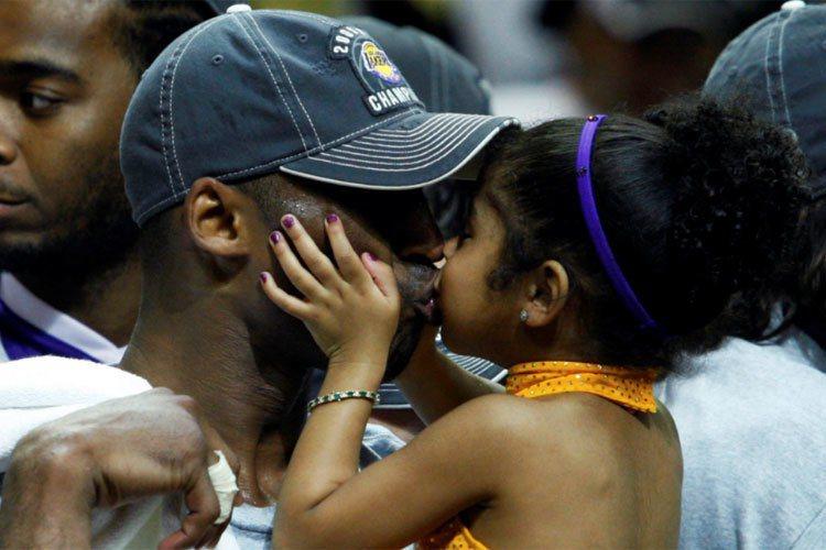 柯比與13歲的二女兒Gianna不幸均在墜機中罹難。圖為2009年湖人奪下總冠軍時,柯比親吻Gianna畫面。 路透