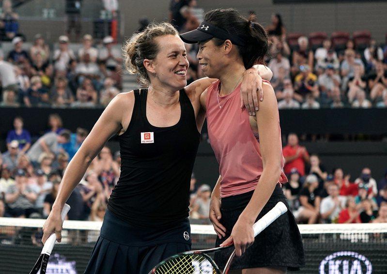 頭號種子謝淑薇與捷克好手史翠可娃闖進澳網女雙四強,有機會在決賽對決詹家姊妹。 歐新社