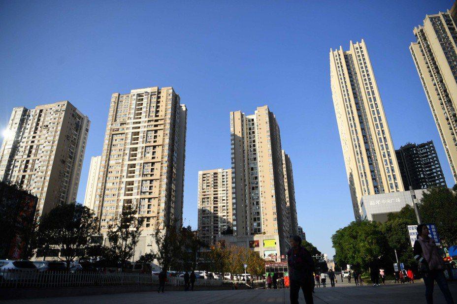 近日出爐的調查顯示,中國「漂一族」返鄉置產的意願明顯上升,主要是家鄉房價較能負擔。其中,重慶連續3年蟬聯返鄉置業的熱門城市第一名。圖為重慶市區內的一個大型建案。圖/中新社