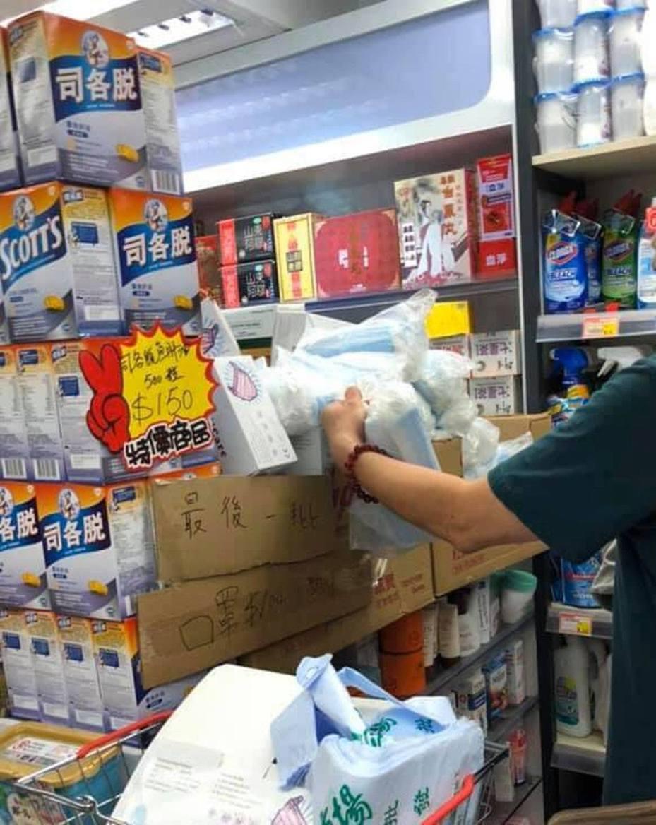 樓主指,自從踢爆「救救口罩」出現假貨後,不少藥房也同時出奸招賺到底,以類似保鮮膠袋盛載數十個不明來歷的口罩,並向客人稱因為廠商製作時太趕急而未有入盒。(fb群組「香港人的飲食購物天地」圖片)