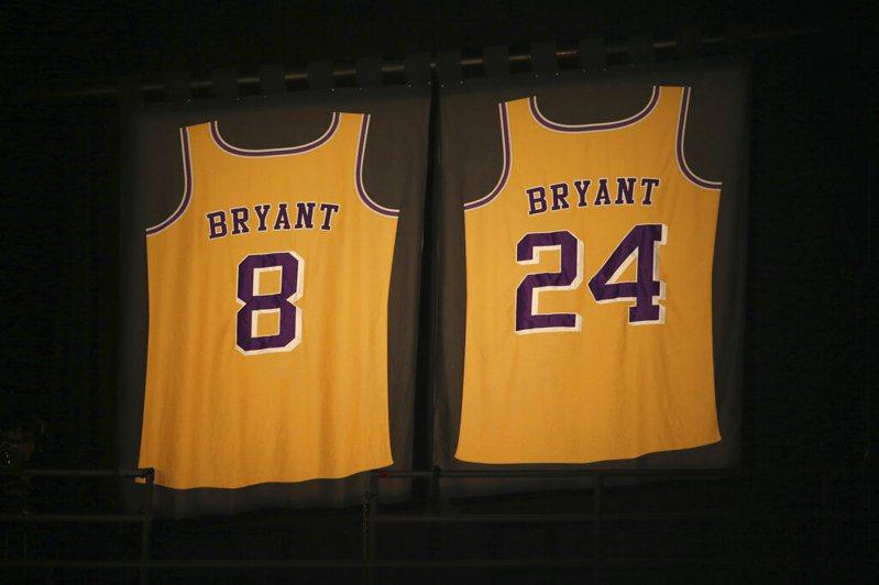 布萊恩因墜機驟逝,今日出賽的各隊都用特殊方式哀悼猝然離開人世的NBA退役傳奇球星布萊恩(Kobe Bryant)。 美聯社