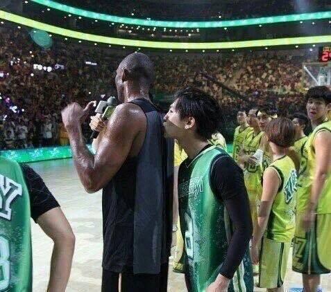 NBA傳奇球星KOBE柯比布萊恩於今(27日)凌晨3點時許驚傳墜機身亡,終年41歲。藝人炎亞綸第一時間在臉書崩潰發文甚至飆出髒話,「WTF!!KOBE!!」炎亞綸自學生時代就視Kobe為偶像,追星長...