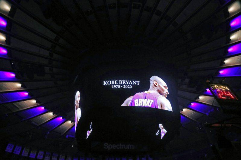 尼克開賽前在主場悼念布萊恩,老牌主播布林也難掩哀傷情緒。 美聯社