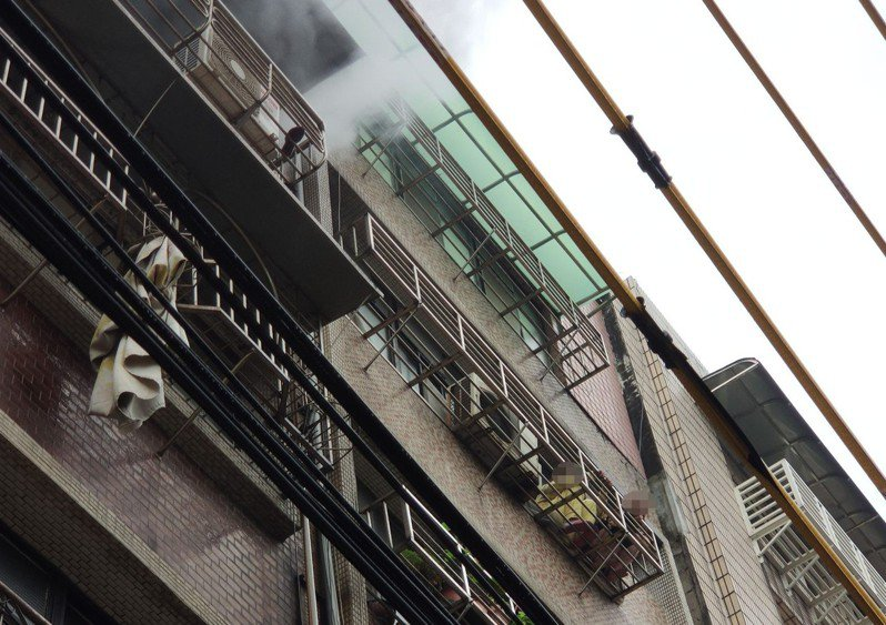基隆市今天上午發生民宅火警,一對姊妹從窗戶逃到鄰宅獲救。記者邱瑞杰/翻攝