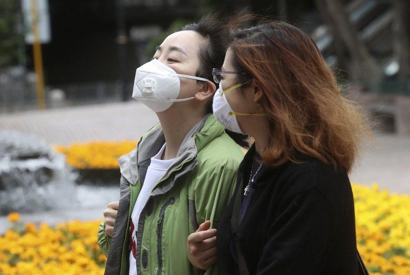 香港民眾外出載口罩自保。美聯社