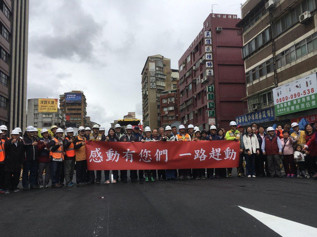 銜接中正橋台北端的重慶南路高架橋,台北市政府力拼春節夷平,最後工程進步超前,比原...