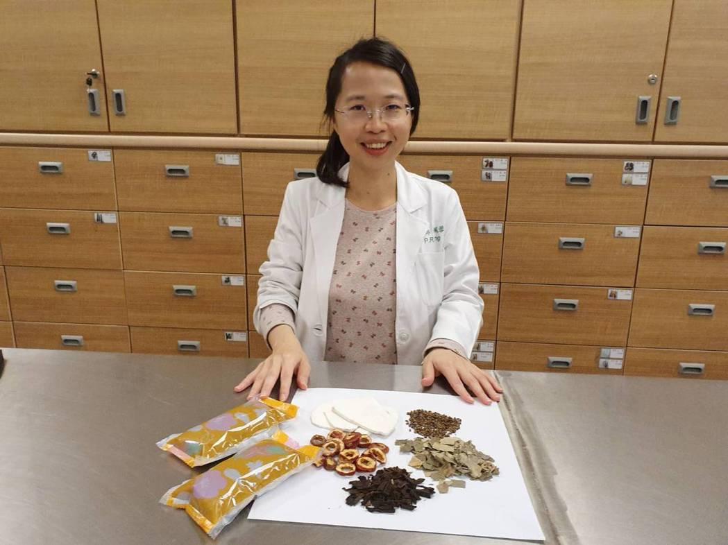 嘉義長庚醫院中醫科醫師楊佩蓉說,可多利用中藥茶飲保健。圖/嘉義長庚醫院提供